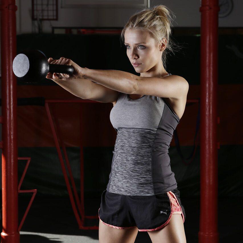 vrouw doet kettlebell oefening voor armen