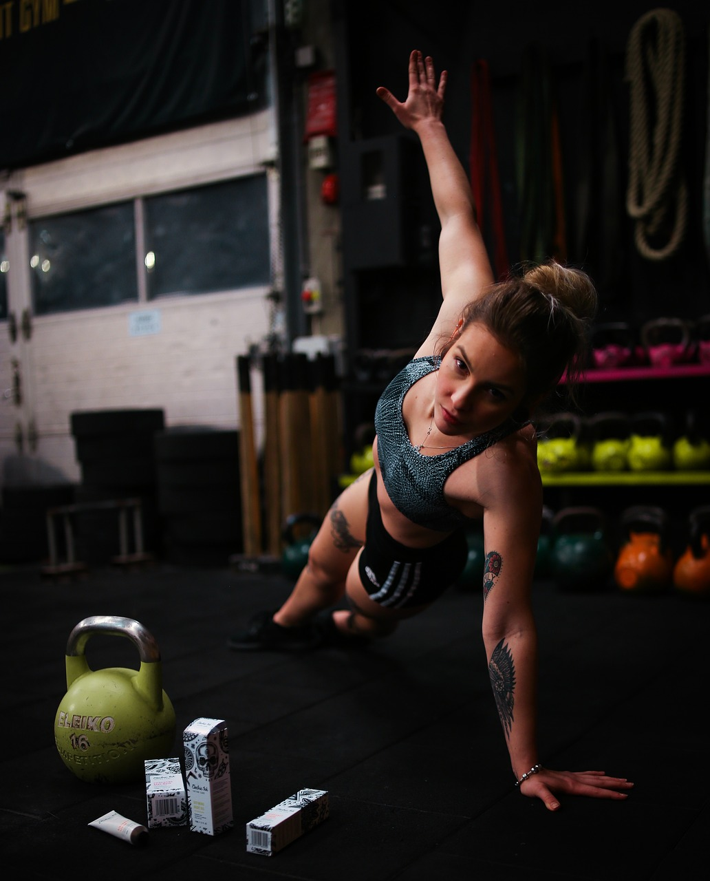 vrouw doet zijwaartste plank oefening