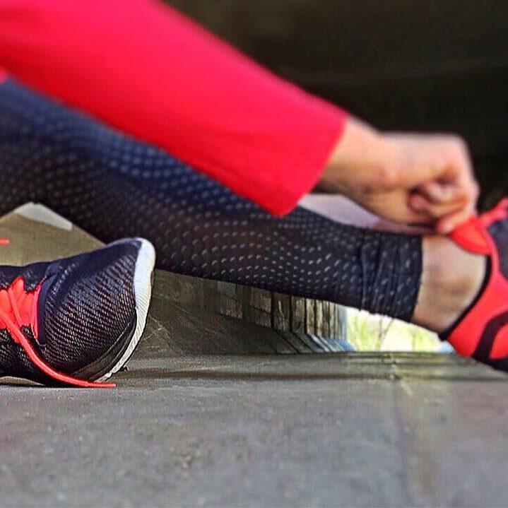 sport schoenen en trainingsbroek aantrekken