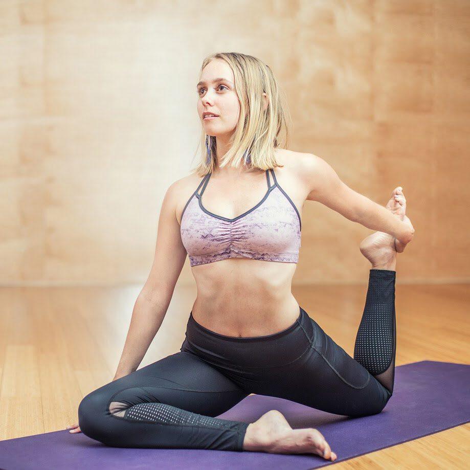vrouw yoga oefening rekken